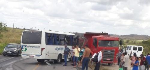 Bombeiros atuam em acidente na BR 101